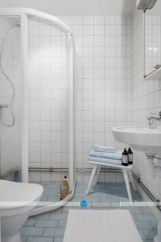 دیزاین سرویس بهداشتی با کاشی سفید رنگ. دکوراسیون سرویس بهداشتی. اتاق دوش برای آشپزخانه های کوچک