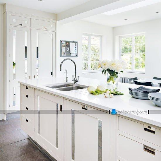 مدل کابینت سفید آشپزخانه با دربهای آینه کاری شده
