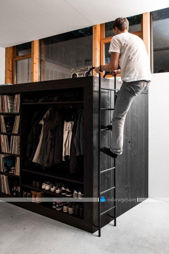 استفاده بهینه از فضای خالی بالای کمدهای چوبی، کمد چوبی چند کاره با رخت آویز و کتابخانه و میز تلویزیون و تخت خواب