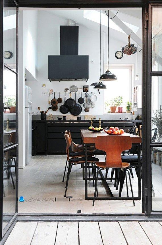 کابینت مدرن و تیره رنگ سیاه در کنار دیوارهای سفید رنگ آشپزخانه