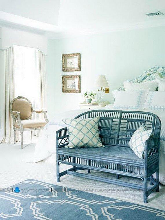 چیدمان مبلمان های آبی رنگ و دیوار آبی اتاق خواب