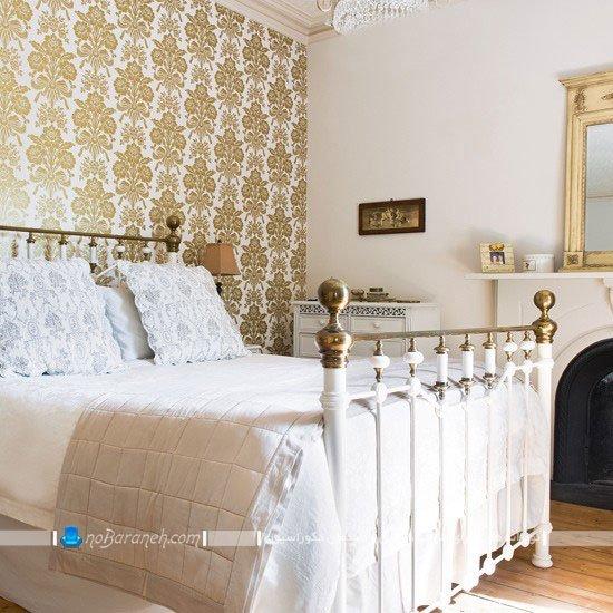 اتاق خواب زیبا و کلاسیک با کاغذ دیواری طلایی و طرح دار / عکس