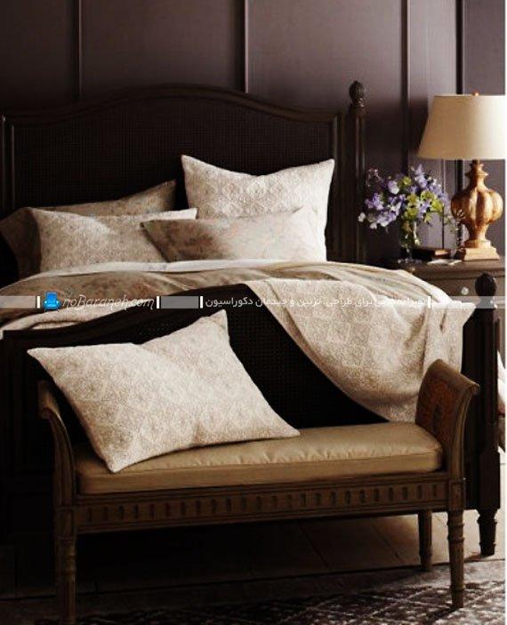 چیدمان پاف و مبلمان چوبی در اتاق خواب