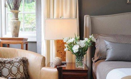 تزیین میز پاتختی عروس با گل و آباژور
