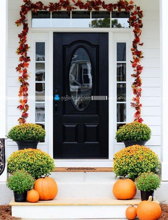 عکس تزیین درب ورودی خانه با برگ های پاییزی و گلدانهای سبز / عکس