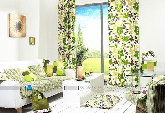 تزیین اتاق نشیمن با رنگ سفید و سبز و پرده های طرح دار / عکس