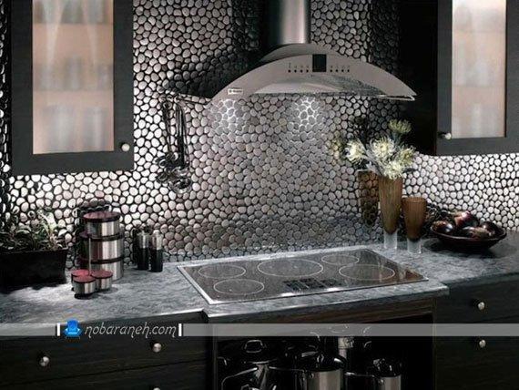 پوشش دیوارهای آشپزخانه و فضای بین کابینت ها با سنگ آنتیک، تزیین دیوارهای آشپزخانه با سنگ نقره ای رنگ