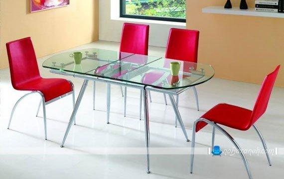 میز ناهارخوری شیشه ای با صندلی قرمز / عکس