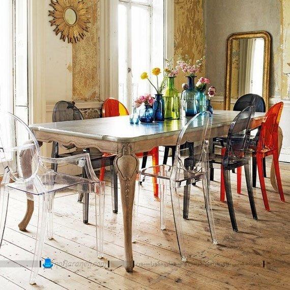 میز ناهار خوری چوبی با صندلی های پلاستیکی