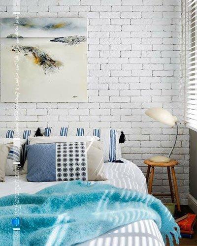 تزیین دیوار اتاق خواب با سنگ تزیینی آنتیک و سفید رنگ / عکس