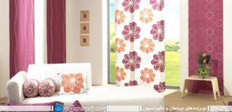 طراحی و تزیین دکوراسیون اتاق نشیمن با رنگ های بنفش و نارنجی، ست و هماهنگ کردن طرح پرده و کوسن مبلمان با هم، تزیین اتاق نشیمن با رنگ بنفش و کرم و نارنجی