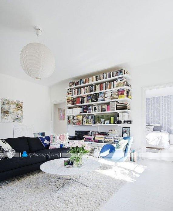 مدل کتابخانه ساده شلفی شکل در اتاق پذیرایی، شلف های ساده سفید رنگ برای نصب در اتاق نشیمن و پذیرایی