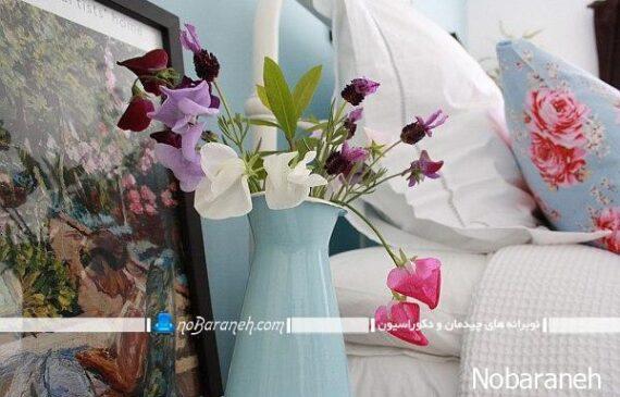 چیدمان گلدان گل در اطراف تخت خواب