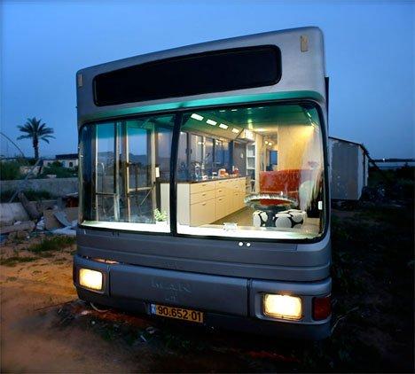 طراحی و تزیین دکوراسیون دیدنی و زیبا در اتوبوس قدیمی، تبدیل اتوبوس قدیمی به فضای نشیمن و پذیرایی