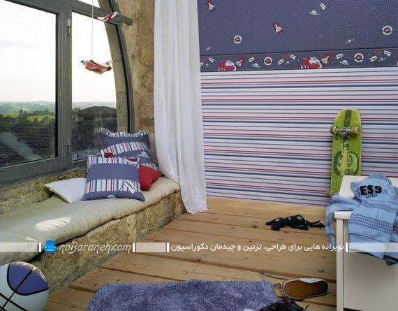 کاغذ دیواری اتاق کودک پسر با زمینه آبی و طرح راه راه