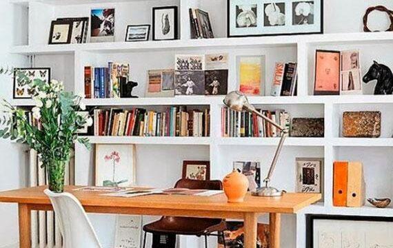 کتابخانه چوبی و بزرگ سفید رنگ
