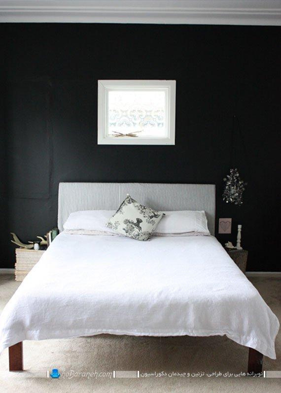 تخت خواب سفید در کنار دیوارهای سیاه رنگ / عکس