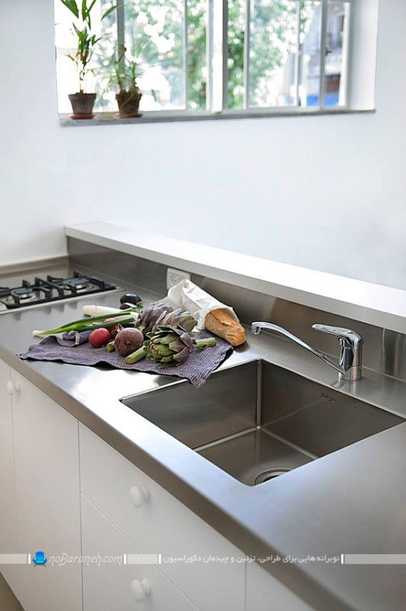 ترکیب رنگ های نقره ای و سفید در آشپزخانه