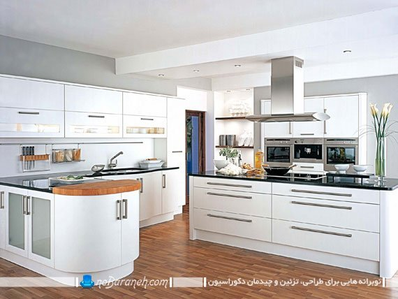 تزیین دکوراسیون آشپزخانه با کابینت های سفید و کفپوش چوبی