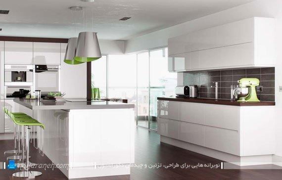 دکوراسیون آشپزخانه با کابینت های سفید در کنار کاشی و کفپوش رنگ تیره