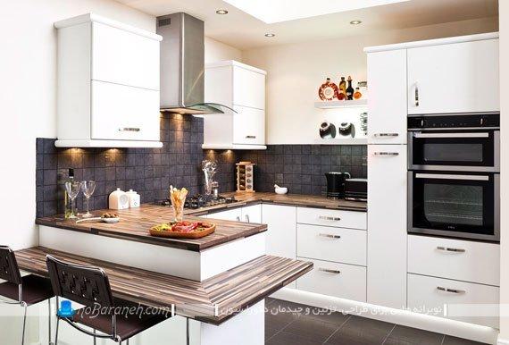آشپزخانه اپن کوچک با کابینت های سفید رنگ و کاشی های ظریف سیاه رنگ