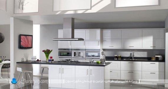 کابینت های سفید آشپزخانه با رویه ها و میز اپن رنگ تیره