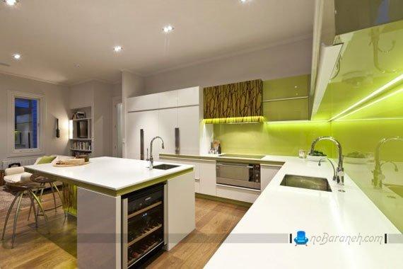 نورپردازی مخفی در آشپزخانه با کابینت های سفید و کاشی های سبز رنگ
