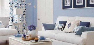 طراحی و تزیین مینیمالیستی دکوراسیون اتاق نشیمن با سفید آبی، مبلمان راحتی سفید رنگ و کلاسیک با رنگ سفید، دیوار و پرده های طرح دار آبی و سفید در اتاق نشیمن