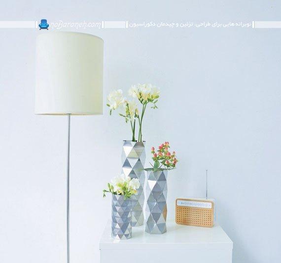 تزیین میز جلو مبلی و پا تختی با گلدان های رومیزی