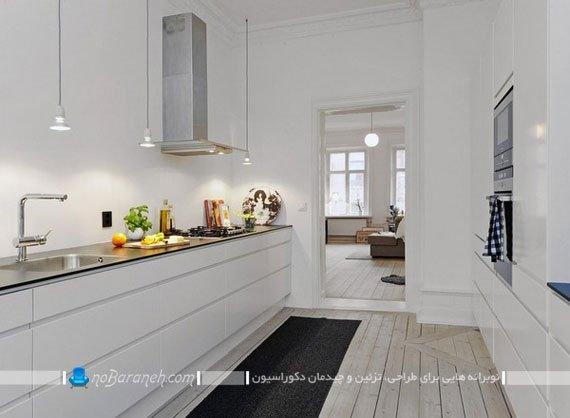 کفپوش های چوبی رنگ روشن در فضای سفید و نقره ای آشپزخانه