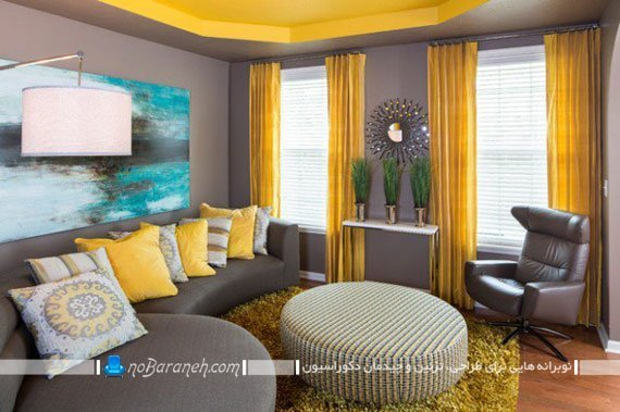 پرده ها و کوسن های زرد رنگ در اتاق نشیمن ، ست شده با رنگ سقف