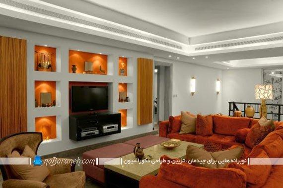 تغییر رنگ پس زمینه قفسه های چوبی دیوار به نارنجی