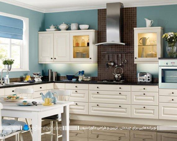 آشپزخانه با کابینت های کرم و دیوارهای آبی رنگ