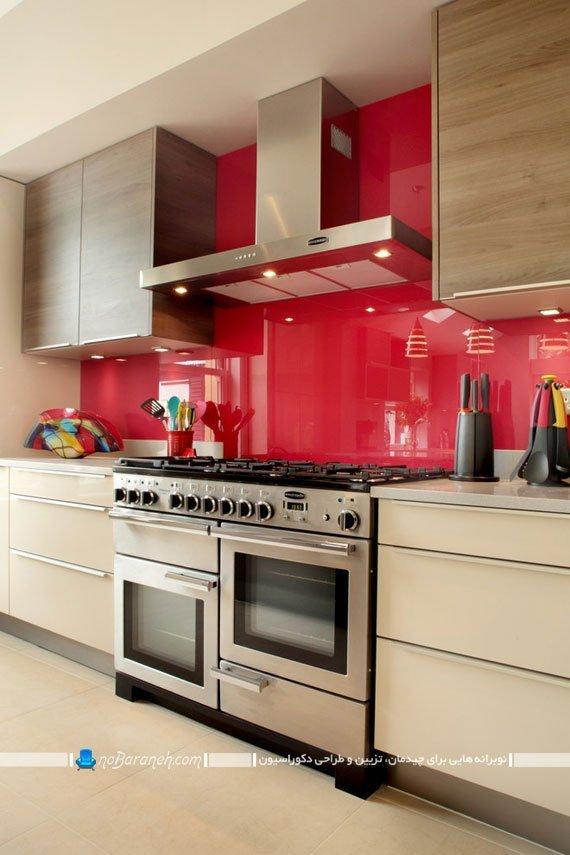 دیوارپوش قرمز رنگ در کنار کابینت های کرم رنگ