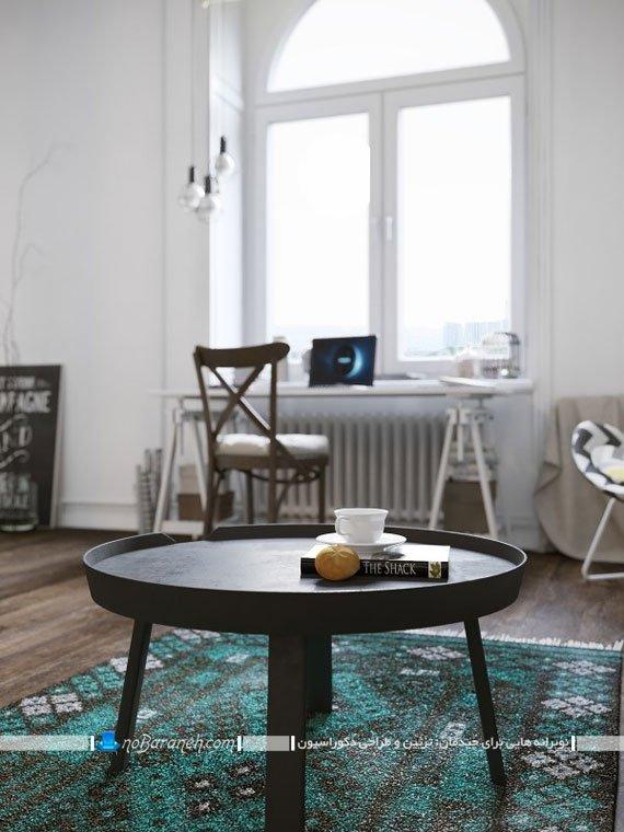 میز جلو مبلی ساده که در خانه کوچک دوبلکس چیدمان شده است