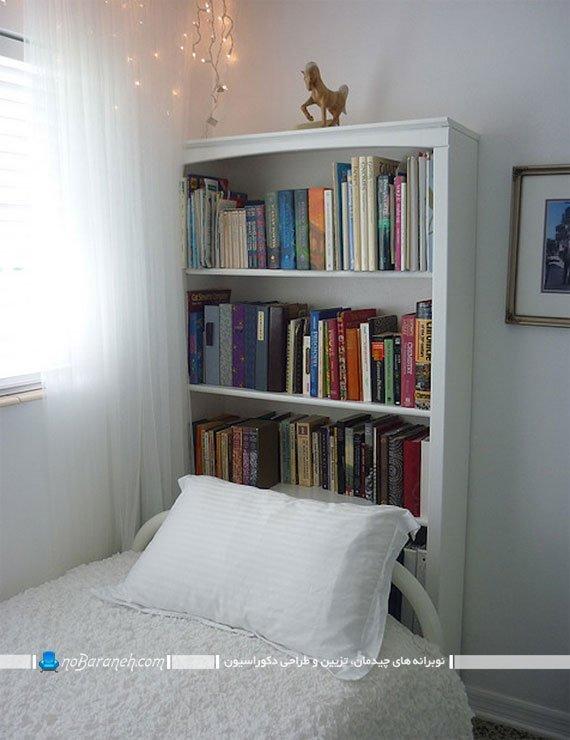 چیدمان تخت خواب و کتابخانه در اتاق خواب