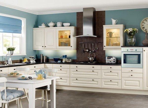 آشپزخانه سفید و آبی در کنار قهوه ای