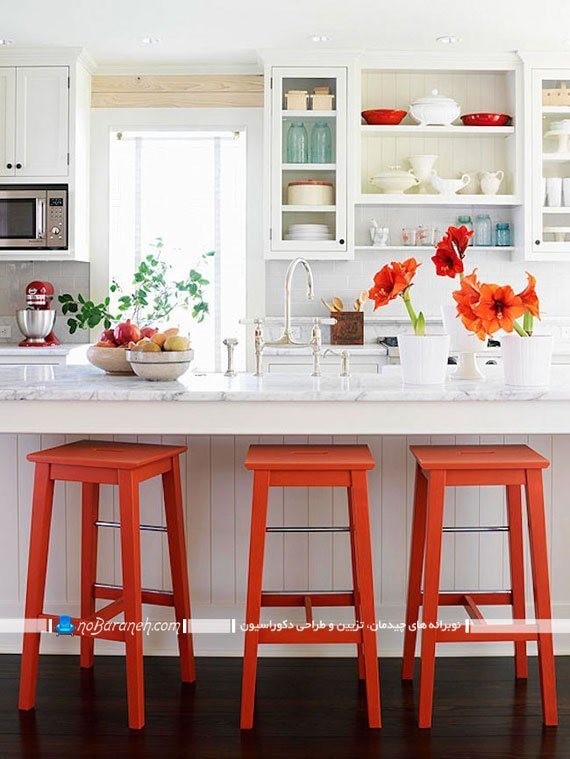 دیزاین دکوراسیون آشپزخانه اپن با صندلی های رنگی