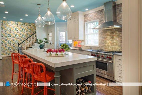 دیزاین دکوراسیون آشپزخانه با صندلی های رنگی