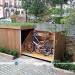 پارکینگ دوچرخه به شکل اتاقک چوبی در حیاط خانه