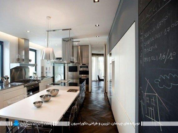 ایده تزیینی شیک برای دیوار آشپزخانه. دکوراسیون شیک آشپزخانه با سفید و سیاه. دیزاین شیک و مدرن آشپزخانه جزیره.