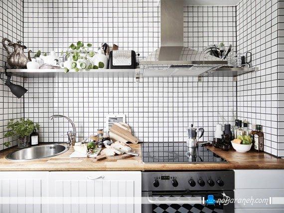 مدل کاشی سفید رنگ آشپزخانه و صفحه کابینت چوبی