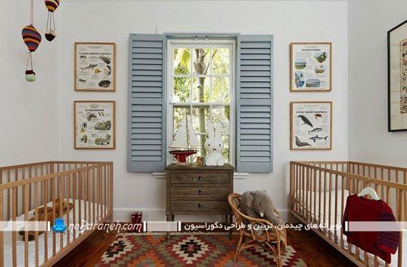 نصب تزئینات دیواری در دو طرف پنجره اتاق کودک، طراحی دکوراسیون اتاق کودک