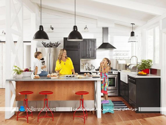 مدل آشپزخانه جزیره با میز فلزی و بدنه چوبی