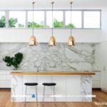 نورپردازی و تزیین میز اپن آشپزخانه با چراغ های آویز دار