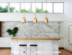 تزیین میز اپن و دکوراسیون آشپزخانه با چراغ های آویز دار مسی