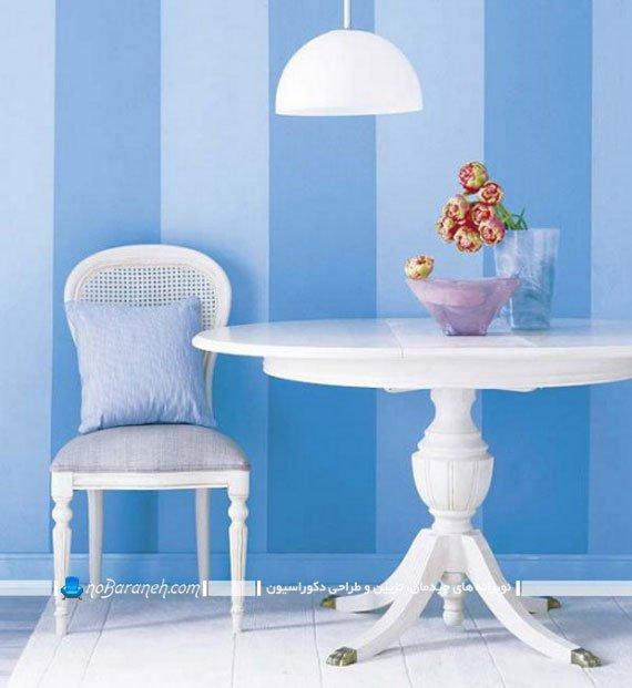 راه راه های تزیینی آبی رنگ روی دیوار خانه