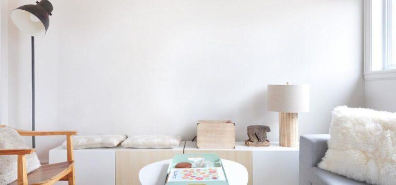 طراحی دکوراسیون اتاق نشیمن با رنگ سفید و ساده