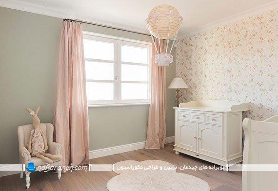 دکوراسیون اتاق نوزاد دختر با کاغذ دیواری گل دار