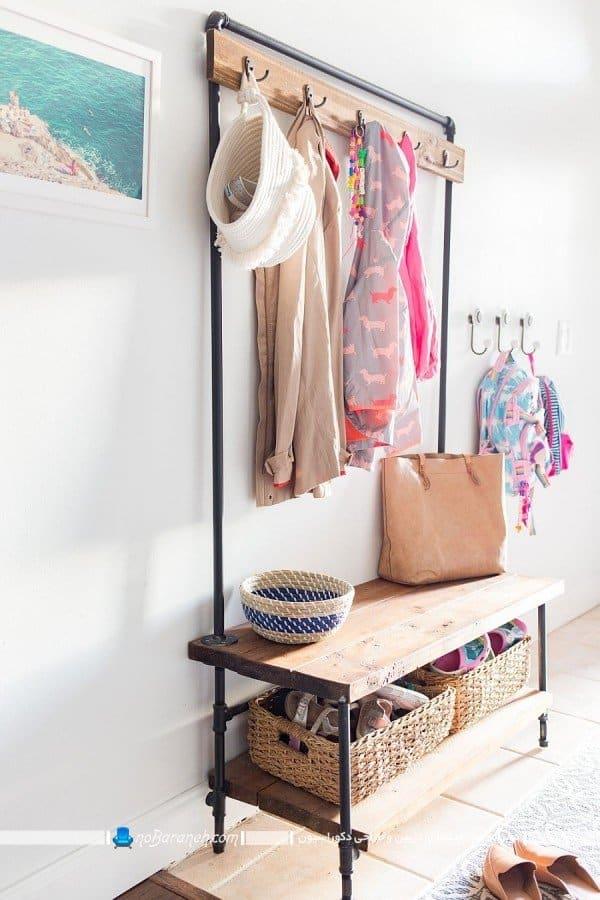چیدمان مبل و نیمکت چوبی با جاکفشی و رخت آویز. رخت آویز و نیمکت برای راهرو ورودی منزل و کنار درب ورودی